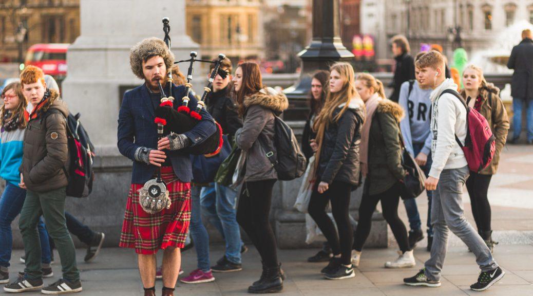 Un musicien de rue dans la foule